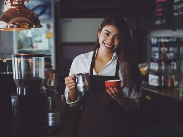 nhân viên pha chế cafe