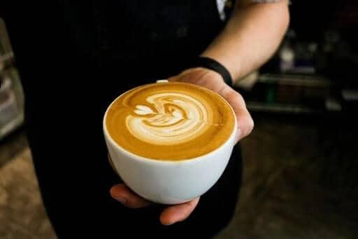 nhân viên pha cà phê và nhân viên pha rượu