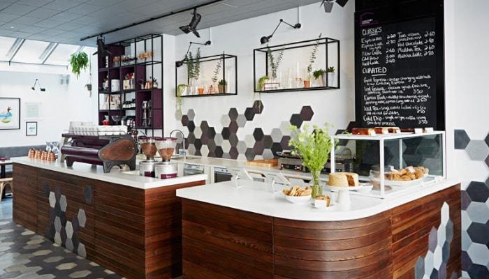 Thiết kế quầy bar pha chế inox đẹp mang lại không gian cửa hàng thu hút hơn