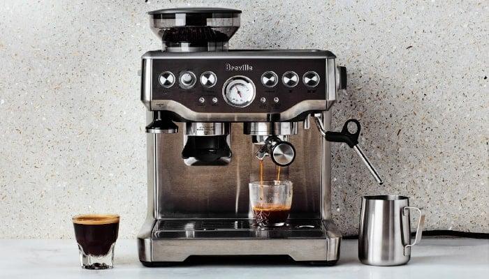 Máy pha cà phê là công cụ không thể thiếu của các quầy pha chế tại nhà hàng, quán cafe